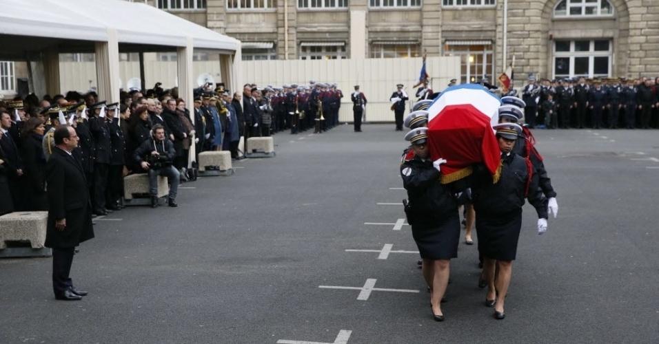 13.jan.2015 - O presidente da França, François Hollande, participa na manhã desta terça-feira (13) de homenagem aos três policiais mortos durante os atentados terroristas ocorridos na semana passada em Paris: Franck Brinsolaro, Ahmed Merabet e Clarissa Jean-Philippe