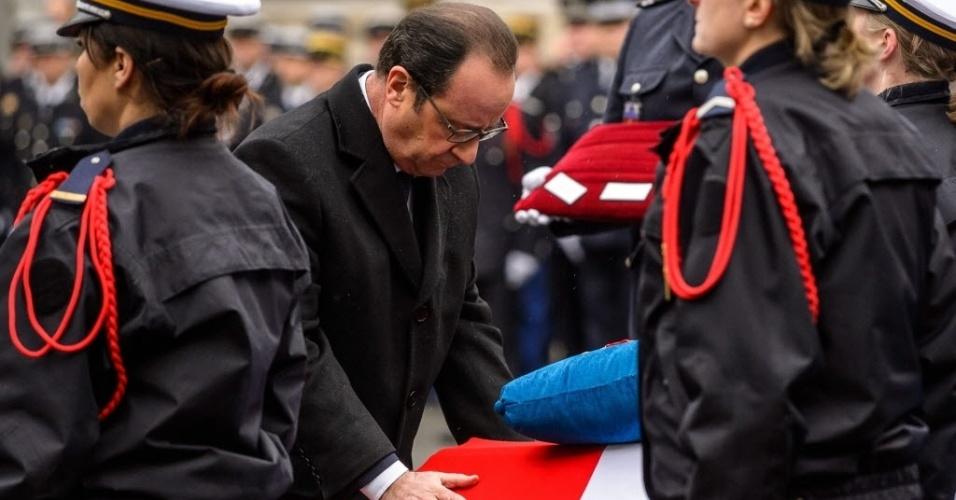 """13.jan.2015 - O presidente da França, François Hollande, participa na manhã desta terça-feira (13) de homenagem aos três policiais mortos durante os atentados terroristas ocorridos na semana passada em Paris: Franck Brinsolaro, Ahmed Merabet e Clarissa Jean-Philippe. Os três receberam o título de Cavaleiros da Legião de Honra """"em nome da República francesa"""""""