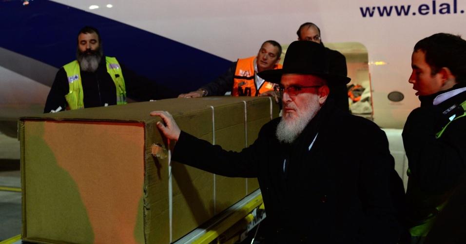 13.jan.2015 - Os corpos dos quatro judeus assassinados na sexta-feira passada em um atentado contra um mercado kosher de Paris chegaram a Israel, onde serão enterrados, informou uma fonte aeroportuária. As vítimas serão sepultadas no cemitério de Har Hamenouhot, o mesmo local de descanso das três crianças e seu professor mortos na França por outro jihadista, Mohamed Merah, em 2012