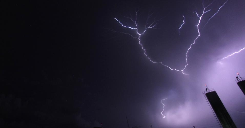 13.jan.2015 - Uma tempestade com raios atinge a cidade de São José dos Pinhais, região metropolitana de Curitiba, nesta segunda-feira (12). De acordo com o Instituto Simepar, em apenas meia hora choveu cerca de 10 milímetros na cidade e não houve registros de feridos na cidade. A previsão do Simepar para noite desta terça-feira (13) é de mais chuva, com incidência de raios