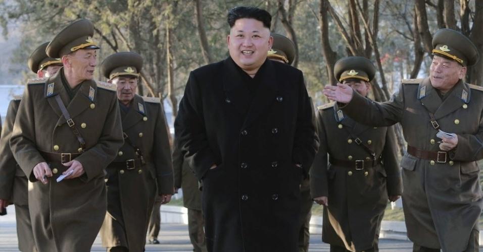 13.jan.2015 - O líder norte-coreano Kim Jong-un (ao centro) sorri ao caminhar com integrantes do comando do Exército em Pyongyang, na Coreia do Norte, em imagem divulgada nesta terça-feira (13) pela Agência de Notícias da Coreia do Norte