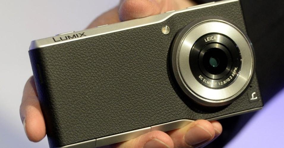 5.jan.2015 - A Panasonic lançou o cameraphone Lumix CM1 --híbrido de câmera e smartphone-- durante a CES 2015, feira de tecnologia realizada em Las Vegas. Com sensor de 20 megapixels, o aparelho tem uma tela de 4,7 polegadas full HD (1.920x1.080p) e um processador de 2,3 GHz quad-core. Nos Estados Unidos, segundo a empresa, o smarphone será vendido por US$ 999