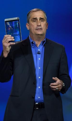 6.jan.2015 - O diretor-executivo da Dell, Brian Krzanich, apresenta uma nova versão 7.000 do tablet Venue 8 durante a CES 2015, feira de tecnologia realizada em Las Vegas. A empresa investiu em um modelo mais fino e com alta definição. Com 6 mm, tela de 8.4 polegadas e resolução de 2.560x1.600p, a novidade também apresenta mais flexibilidade para a edição de fotos. O produto, que vem com o sistema Android, chega ao mercado com o preço a partir de US$ 399