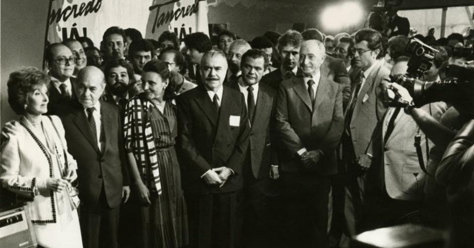 14.jan.2015 - Tancredo Neves (segundo da esq. para direita) é proclamado presidente da República pelo Colégio Eleitoral, tendo como vice José Sarney (quarto da esq. para direita), em 15 de janeiro de 1985. Os dois estão acompanhados de suas mulheres, Risoleta Neves (primeira à esquerda) e Marly Sarney (terceira da esq. para direita)