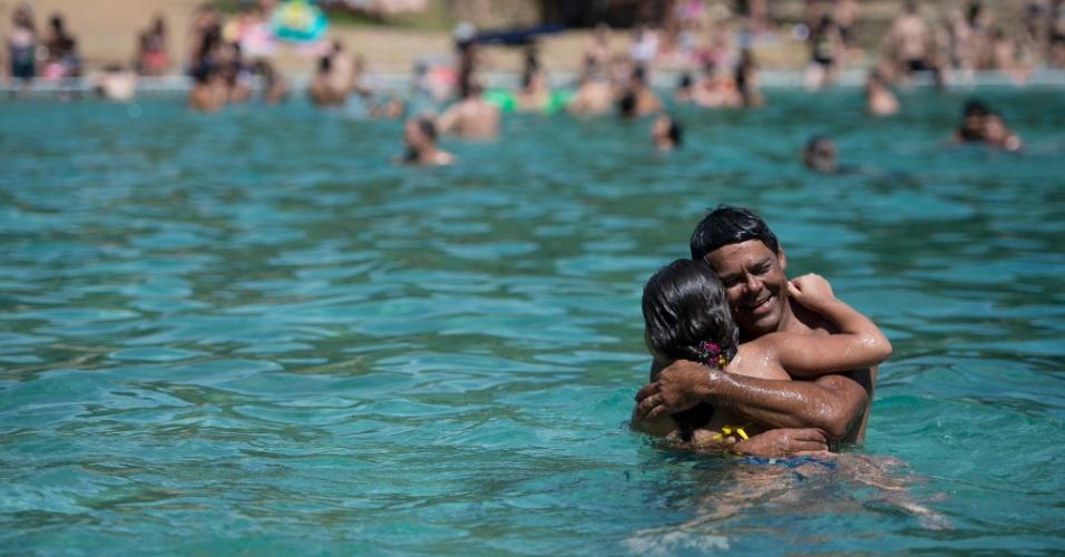 14.jan.2015 - Brasilienses lotam o Parque Nacional, conhecido como