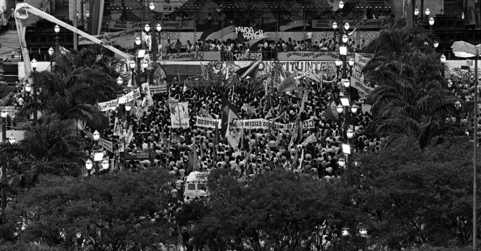 14.jan.2015 - Centenas de pessoas participam de comício de apoio à candidatura de Tancredo Neves à Presidência da República na praça da Sé, na área central de São Paulo, em janeiro de 1985