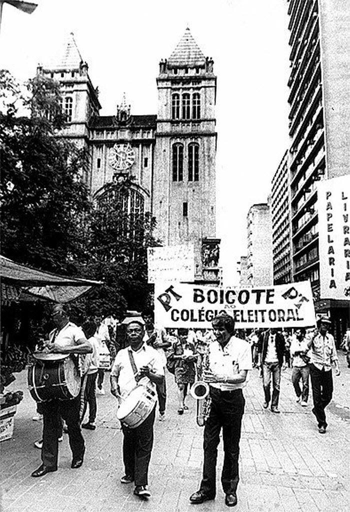 14.jan.2015 - Faixa de protesto é colocada pelo PT no largo de São Bento, na área central de São Paulo, em janeiro de 1985, em protesto contra a eleição indireta para a Presidência da República