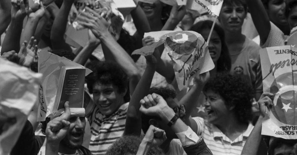 14.jan.2015 - Multidão comemora eleição de Tancredo Neves para a Presidência da República em frente ao Congresso Nacional, em Brasília, em 15 de janeiro de 1985