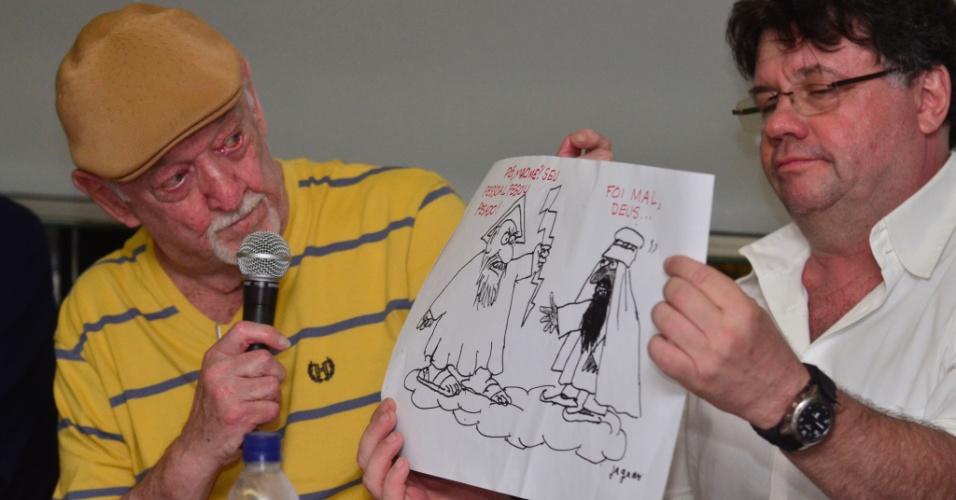 """14.jan.2015 - O cartunista Jaguar (à esquerda) e o humorista Marcelo Madureira (à direita) participaram de ato público no Teatro Casa Grande, zona sul do Rio de Janeiro, em repúdio ao atentado contra a revista satírica """"Charlie Hebdo"""""""