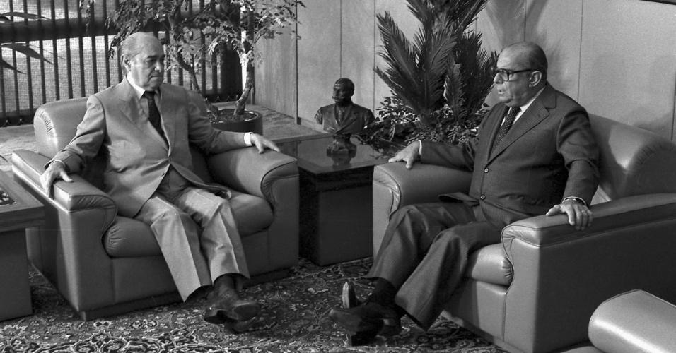 14.jan.2015 - O então presidente da República, João Baptista de Oliveira Figueiredo (à direita) recebe Tancredo Neves no Palácio do Planalto, em Brasília, em 16 de janeiro de 1985, um dia após a eleição de Tancredo para a Presidência do país