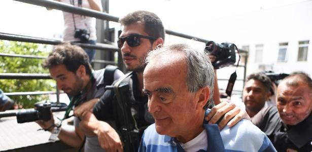 Cerveró  chega ao IML de Curitiba onde passa por exame de corpo de delito - Geraldo Bubniak/AGB/Estadão Conteúdo