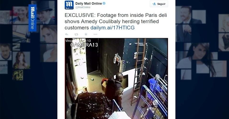 """14.jan.2015 - O jornal britânico """"Daily Mail"""" divulgou a primeira imagem do terrorista Amedy Coulibaly durante o sequestro de clientes em um mercado judeu em Paris, na França, no dia 9 de janeiro. Coulibaly matou quatro reféns e depois foi morto por oficiais durante a invasão do local pela polícia. Na imagem, Coulibaly está vestindo um colete à prova de balas e obriga refém a ficar contra a parede. O horário que aparece na gravação é de quase quatro horas antes de o terrorista ser morto"""