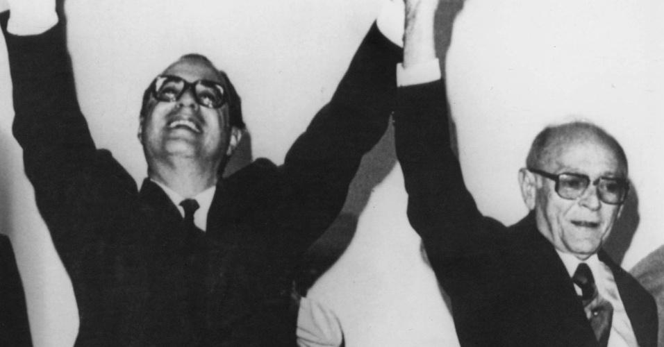 14.jan.2015 - Paulo Maluf (esq.), candidato à Presidência da República na eleição indireta de 1985, posa para foto ao lado de seu candidato a vice, Flávio Marcílio