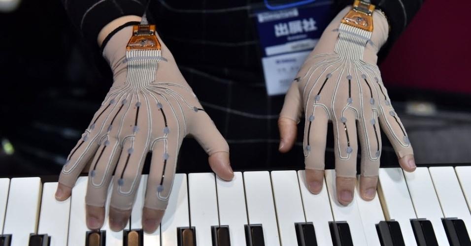 14.jan.2015 - Pianista usa luvas especiais com sensores de movimento na Expo Device Technology Wearable, realizada em Tóquio, Japão. A fabricante de instrumentos musicais Yamaha desenvolveu as luvas com 12 sensores de nanomaterial flexível que monitoram os movimentos dos músicos