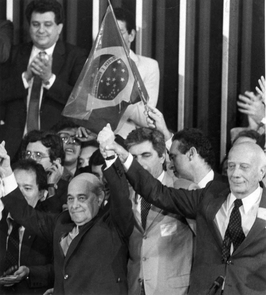 14.jan.2015 - Tancredo Neves (à esquerda) comemora resultado da eleição do Colégio Eleitoral em Brasília em 15 de janeiro de 1985. Tancredo foi eleito presidente do país por 480 votos contra 180 recebidos pelo seu único adversário Paulo Maluf