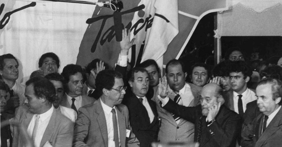 14.jan.2015 - Tancredo Neves fala ao telefone com o presidente João Baptista de Oliveira Figueiredo no Congresso Nacional, em Brasília (DF), em 15 de janeiro de 1985, quando é proclamado presidente da República pelo Colégio Eleitoral