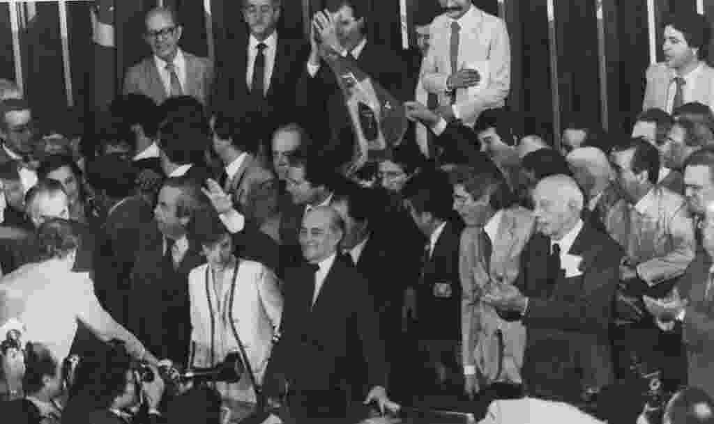 14.jan.2015 - Tancredo Neves (mão levantada) comemora resultado da eleição do Colégio Eleitoral em Brasília em 15 de janeiro de 1985. Tancredo foi eleito presidente do país por 480 votos contra 180 recebidos pelo seu único adversário Paulo Maluf - Folhapress