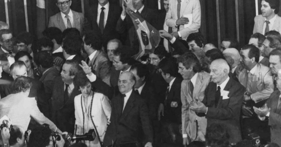 14.jan.2015 - Tancredo Neves (mão levantada) comemora resultado da eleição do Colégio Eleitoral em Brasília em 15 de janeiro de 1985. Tancredo foi eleito presidente do país por 480 votos contra 180 recebidos pelo seu único adversário Paulo Maluf