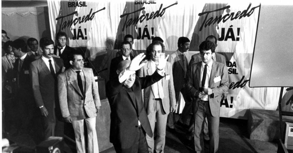 14.jan.2015 - Tancredo Neves (mãos levantadas) comemora resultado da eleição do Colégio Eleitoral em Brasília em 15 de janeiro de 1985. Tancredo foi eleito presidente do país por 480 votos contra 180 recebidos pelo seu único adversário Paulo Maluf