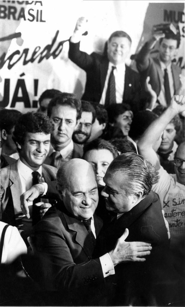 14.jan.2015 - Tancredo Neves recebe os cumprimentos de José Sarney, seu vice, no Congresso Nacional, em Brasília, em 15 de janeiro de 1985, quando é proclamado presidente da República pelo Colégio Eleitoral