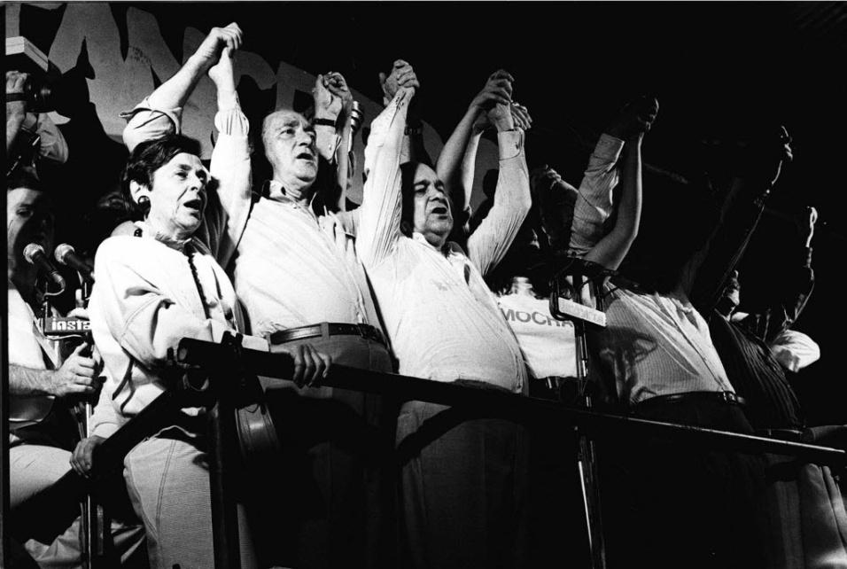 14.jan.2015 - Tancredo Neves (terceiro da esq. para dir.) faz comício durante campanha pela Presidência da República em janeiro de 1985 na praça da Sé, na área central de São Paulo