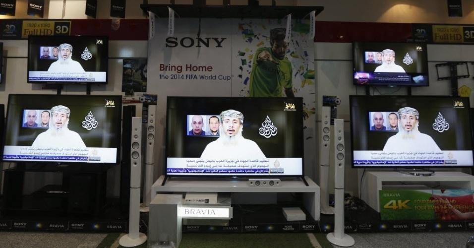 14.jan.2015 - Vídeo de Nasser bin Ali al Ansi, líder da Al Qaeda no Iêmen, é exibido nas televisões em uma loja de eletrônicos em Sanaa. O grupo terrorista reivindicou o ataque à revista satírica Charlie Hebdo, dizendo que foi encomendado pela liderança islâmica por insultar o profeta Maomé, de acordo com o vídeo postado no YouTube