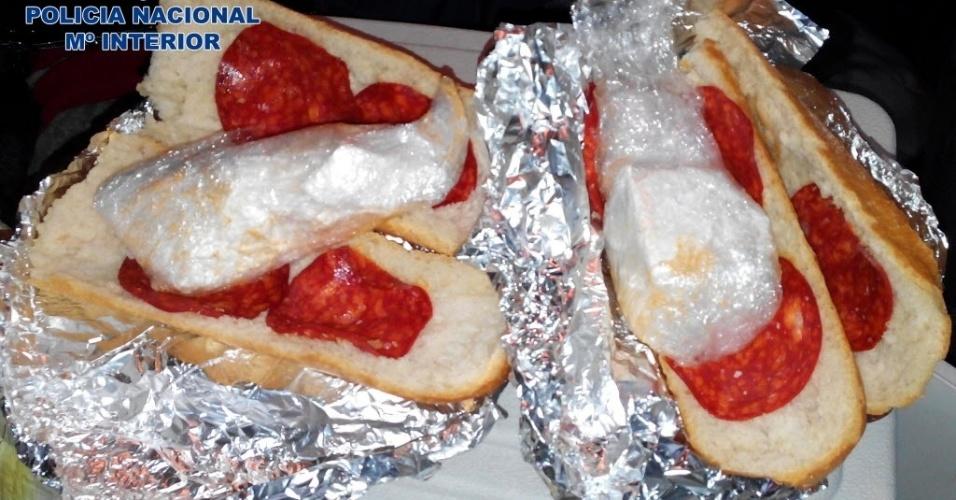14.jan.2015 - A Polícia Nacional espanhola divulgou nesta quarta-feira (14) imagens de um sanduíche de chouriço usado para esconder sacos de cocaína em Saragoça, na Espanha. O lanche foi encontrado com três homens durante uma revista. Após a apreensão, a polícia fez uma busca no apartamento dos suspeitos e encontrou maconha, cerca de 2 kg de cocaína e 2.700 euros (cerca de R$8.000). Os homens confessaram que estavam transportando a droga para a França
