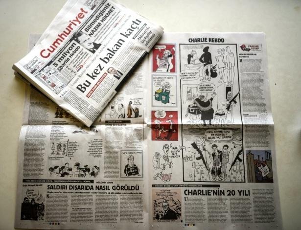 """14.jan.2015 - O jornal turco """"Cumhuriyet"""" divulgou nesta quarta-feira (14) trechos da primeira edição da revista francesa """"Charlie Hebdo"""" após atentado que matou parte da equipe na semana passada. O Cumhuriyet, que se opõe fortemente ao presidente turco Recep Tayyip Erdogan, foi o único veículo impresso do país, de maioria muçulmana, a reproduzir uma seção especial de quatro páginas para as charges"""