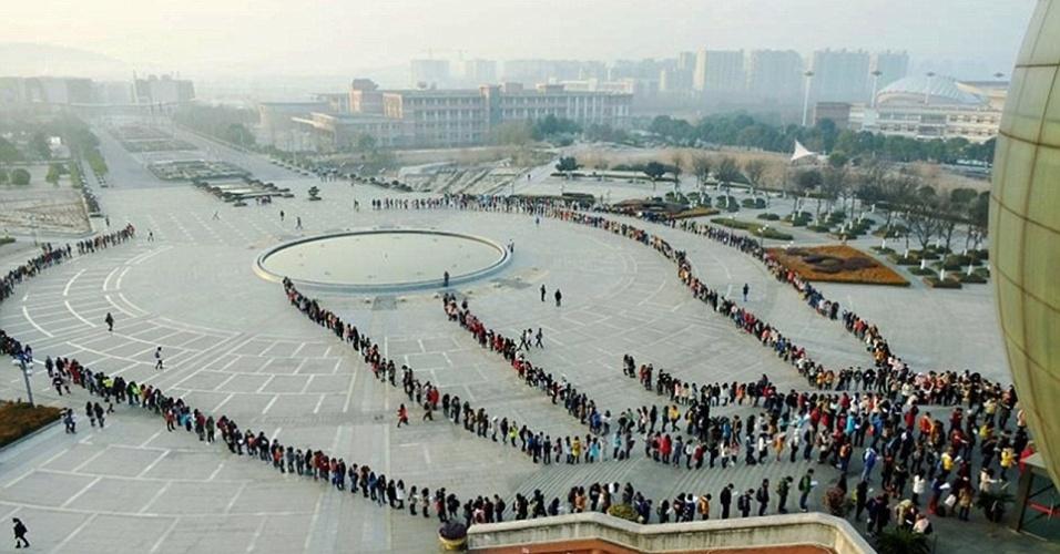 Estudantes fazem fila para entrar em biblioteca em uma universidade em Nanjing, na China