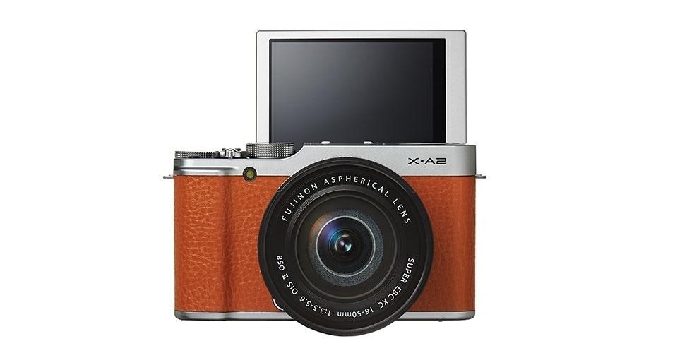 15.jan.2015 - A Fujifilm apresentou uma câmera semi-profissional com uma tela LCD dobrável de 3 polegadas para poder tirar selfies. O modelo X-A2 tem um sensor de 16,3 megapixels e conta com estabilização óptica e auto-foco de múltiplos pontos. A câmera começará a ser vendida nos Estados Unidos em fevereiro e tem preço sugerido de US$ 550