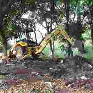 15.jan.2015 - A prefeitura de Campinas promoveu um mutirão de ações para eliminar potenciais criadouros do mosquito Aedes aegypti, transmissor da dengue e da Chikungunya, no bairro Vila Costa e Silva, na região leste da cidade. A ação, coordenada pela Secretaria de Saúde, consiste na remoção de lixo e de entulho, roçada de córregos e de mato e tapa-buracos - Fernanda Sunega/ Prefeitura de Campinas