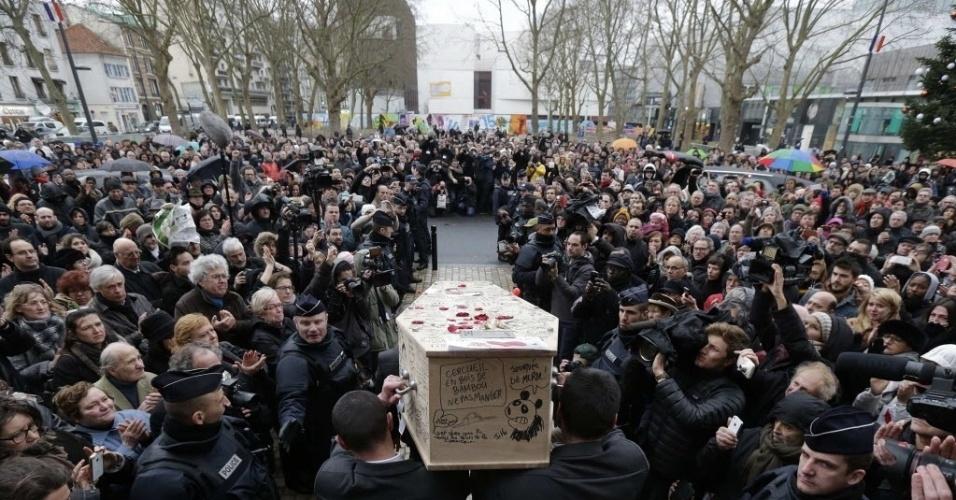 """15.jan.2015 - Caixão do cartunista Bernard Verlhac, conhecido como Tignous é carregado após uma homenagem na prefeitura Montreuil, perto de Paris. Verlhac foi morto no dia 7 de janeiro, no atentado a revista francesa """"Charlie Hebdo"""""""