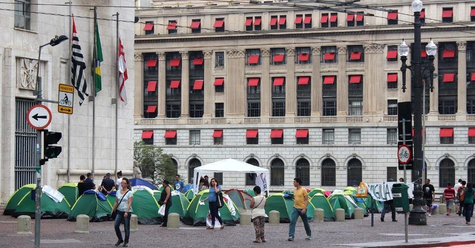 15.jan.2015 - Estudantes acampam nesta quinta-feira (15) em frente à Prefeitura de São Paulo, no centro da capital, para reivindicar o passe livre nos meios de transporte. Uma manifestação contra o aumento da passagem dos transportes públicos está marcada para esta sexta-feira (16) e o comando da Polícia Militar afirma que irá reforçar o número de policiais. Serão cerca de mil PMs na segurança da região central, onde está marcado para acontecer o protesto