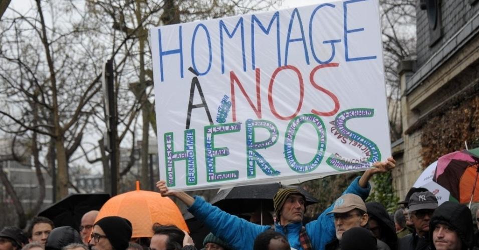 """15.jan.2015 - Moradores assistem ao funeral do cartunista Georges Wolinski, morto junto a outras 11 pessoas durante ataque terrorista na sede da revista satírica semanal """"Charlie Hebdo"""", no último dia 7, no cemitério de Montparnasse, em Paris, nesta quinta-feira (15)"""