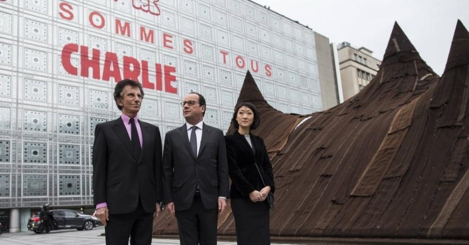 """15.jan.2015 - O presidente francês, François Hollande, declarou nesta quinta-feira (15) que os muçulmanos são em todo o mundo """"as primeiras vítimas do fanatismo"""" e da intolerância. A declaração aconteceu durante uma visita ao Instituto do Mundo Árabe, cuja sede às margens do Sena em Paris também proclamou """"Je suis Charlie"""" após os atentados jihadistas da semana passada"""