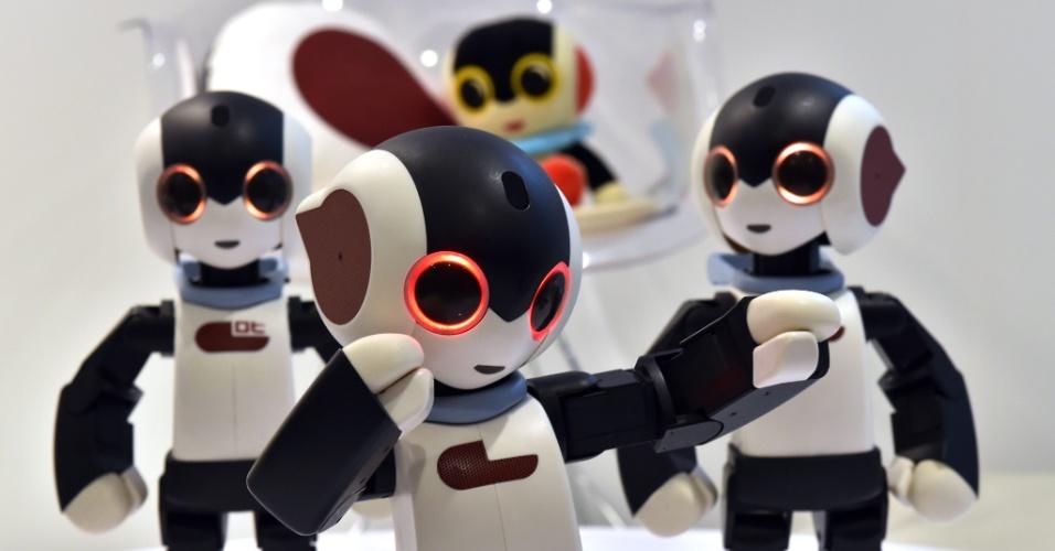 15.jan.2015 - Robôs humanoides dançam durante uma apresentação no recém-inaugurado café Robi, em Tóquio. Os gadgets de 34 centímetros reconhecem mais de 200 frases em japonês, caminham, dançam e cantam.  Partes dos robôs, criados por Tomotaka Takahashi [professor associado de pesquisa da Universidade de Tóquio] serão distribuídas em uma promoção da Robi Weekly Magazine. Para conseguir montar um desses humanoides, será preciso comprar 70 volumes da revista. Já foram vendidos no Japão e, em 2015, serão iniciadas as vendas na Itália, em Taiwan e em Hong Kong