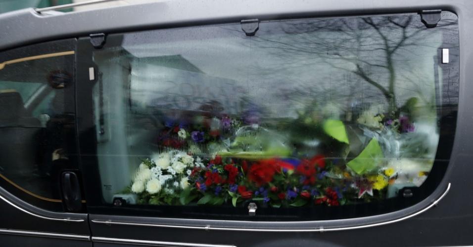 """15.jan.2015 - Um carro fúnebre carrega o caixão com o corpo do cartunista Georges Wolinski, um dos mortos durante o ataque terrorista à sede da revista satírica semanal francesa """"Charlie Hebdo"""", no cemitério de Montparnasse, em Paris, nesta quinta-feira (15). Doze pessoas, incluindo os cartunistas Charb, Wolinski, Cabu e Tignous, além do editor-chefe da publicação Bernard Maris, foram mortas por dois homens armados que abriram fogo dentro da sede da revista no último dia 7"""