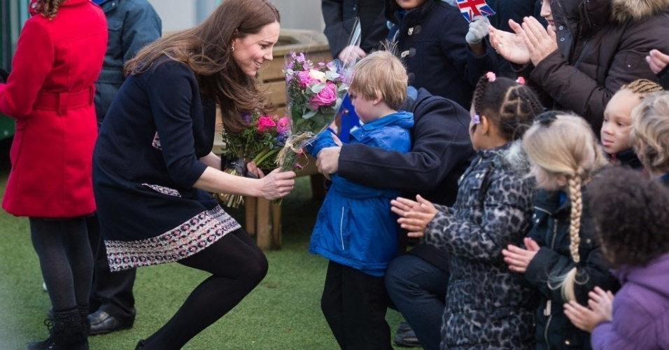 15.jan.2015 ? A duquesa de Cambridge, Kate Middleton, conversou com crianças e recebeu flores nesta quinta-feira (15) enquanto saia de uma visita oficial em uma escola primária no centro de Londres, na Inglaterra