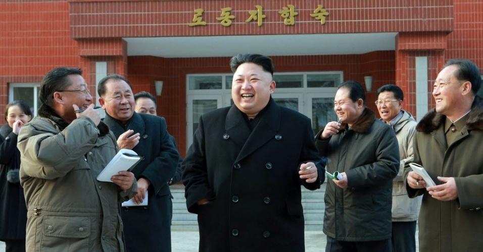 16.jan.2015 - Em foto sem data definida, liberada nesta sexta-feira (16) pela Agência de Notícias da Coreia do Norte, o ditador Kim Jong-Un ri durante inspeção em uma fábrica de máquinas de precisão, em Pyongyang