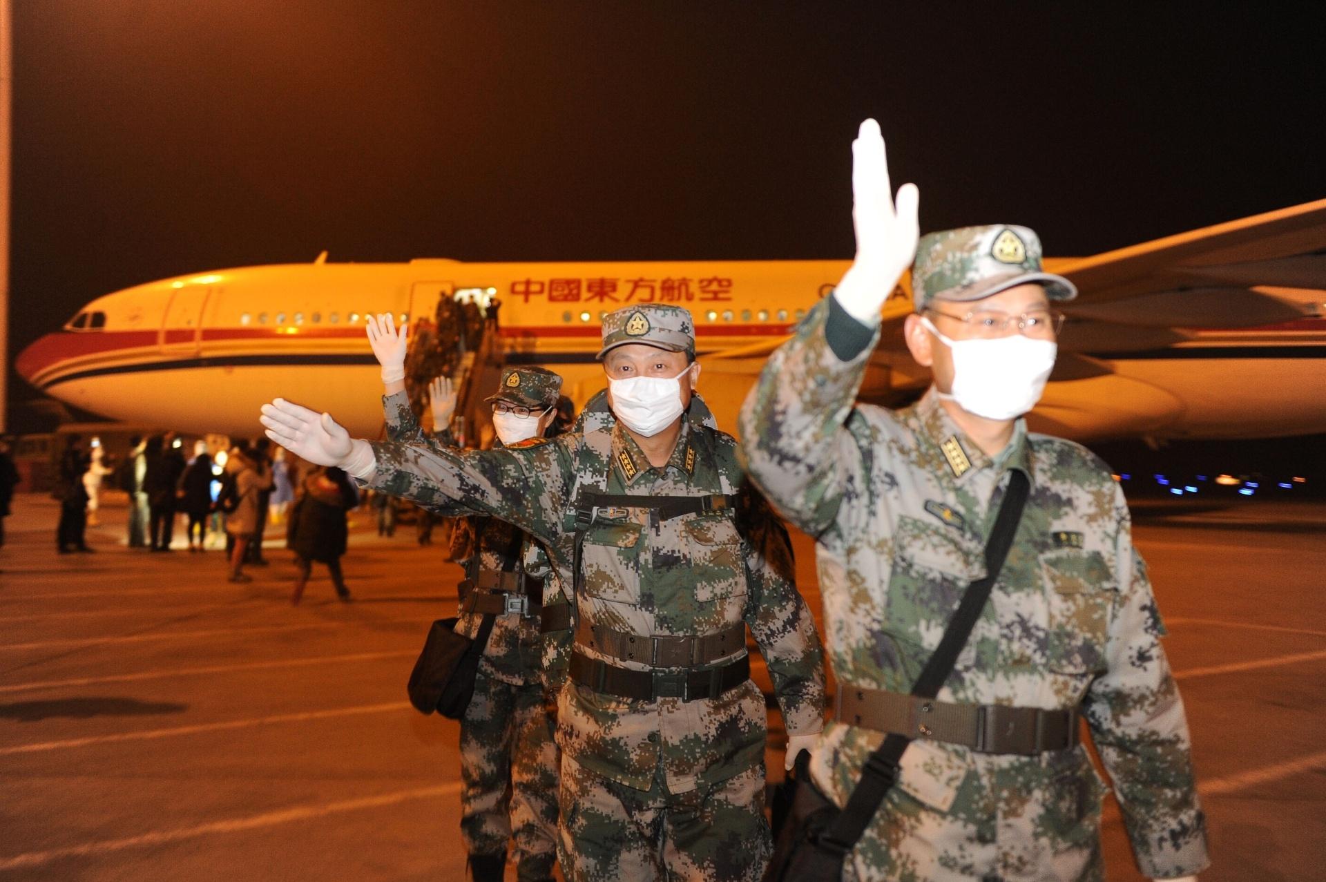 16.jan.2015 - Membros da equipe médica chinesa que estavam trabalhando na prevenção e controle do ebola na Libéria retornaram nesta sexta-feira (16) a Chongqing, localizada no sudoeste da China. Um total de 82 trabalhadores voltou ao país. O restante do grupo enviado para a África - outros 82 profissionais -, tem o retorno programado para o próximo dia 22