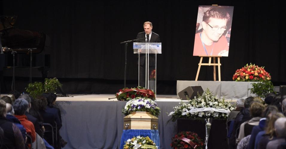 """16.jan.2015 - O prefeito de Pontoise, Philippe Houillon, presta homenagem durante funeral do editor do """"Charlie Hebdo"""", Stéphane Charbonnier, em Pontoise, França"""