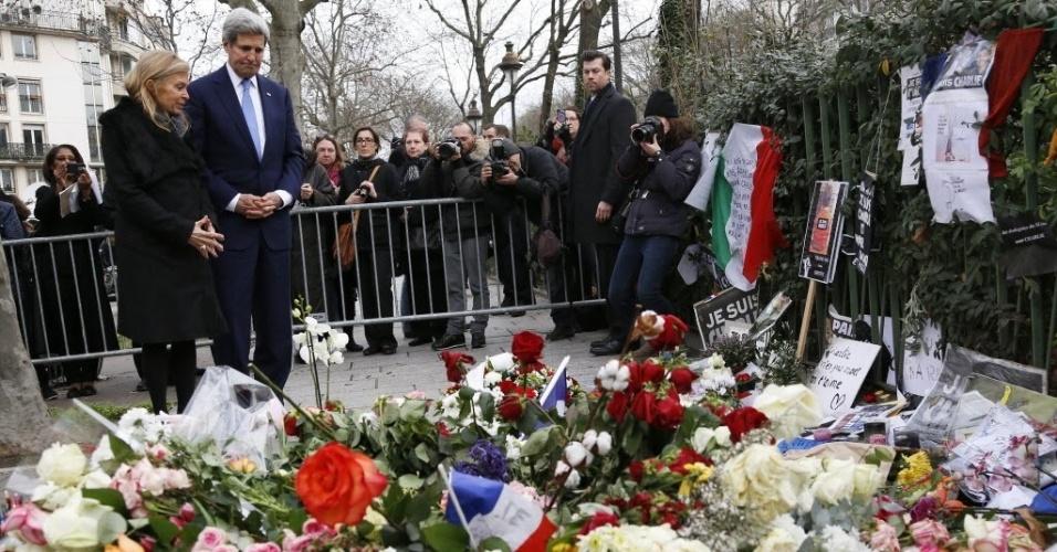 """16.jan.2015 - O secretário americano de Estado, John Kerry, e a embaixadora americana na França, Jane Hartley, foram juntos nesta sexta-feira (16) deixar flores na sede da revista """"Charlie Hebdo"""", alvo de atentado terrorista que deixou 12 mortos, na França. Os Estados Unidos foram alvo de críticas depois que o presidente Barack Obama não compareceu à marcha em resposta aos atentados"""