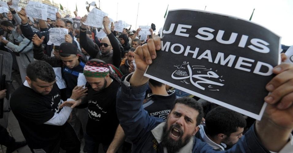 """16.jan.2015 - Um manifestante argelino segura um cartaz com a frase """"Je suis Mohamed"""" (Eu sou Maomé), durante um protesto contra a revista francesa """"Chalie Hebdo"""", na Argélia. A manifestação é contra a publicação de caricaturas de Maomé"""