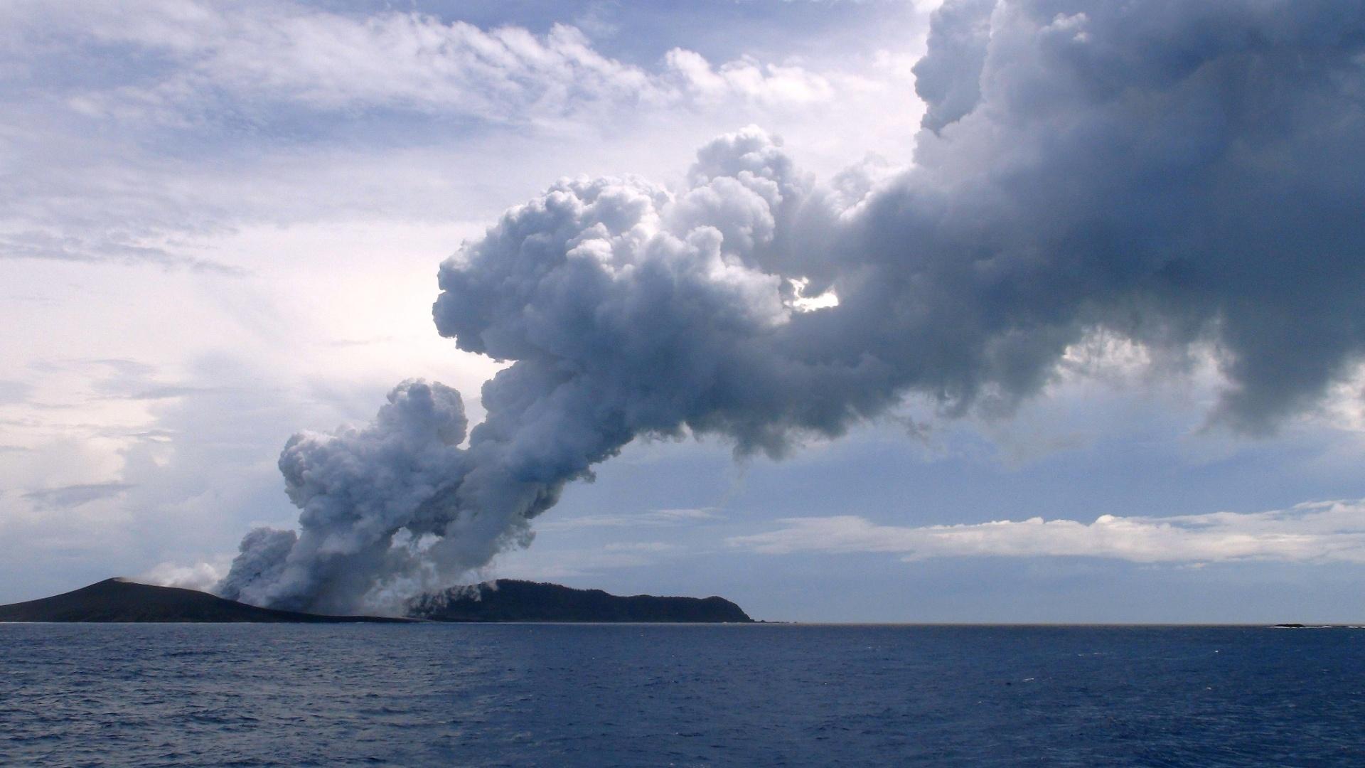 17.jan.2015 - Nuvem de vapor e gases sobe do local da erupção de um vulcão submarino no oceano Pacífico, cerca de 65 km a noroeste de Nuku'alofa, capital de Tonga, na manhã deste sábado (17). O vulcão criou uma nova ilha, desde que entrou em erupção, em dezembro do ano passado, expelindo grandes quantidades de rochas e magma