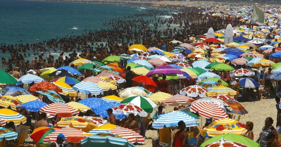 18.jan.2015 - Banhistas lotam a praia de Ipanema, na Zona Sul do Rio de Janeiro, neste domingo (18). A orla recebeu policiamento intensivo como medida contra os arrastões, recorrentes nos últimos finais de semana. Serão 740 policiais militares espalhados por todas as praias da capital fluminense