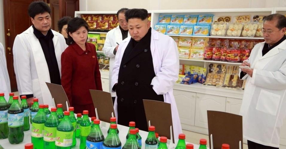 18.jan.2015 - O líder norte-coreano Kim Jong-un visita uma fábrica de alimentos para esportistas em Pyongyang, em imagem cedida pela KCNA, a agência de notícias da Coreia do Norte, neste domingo (18)