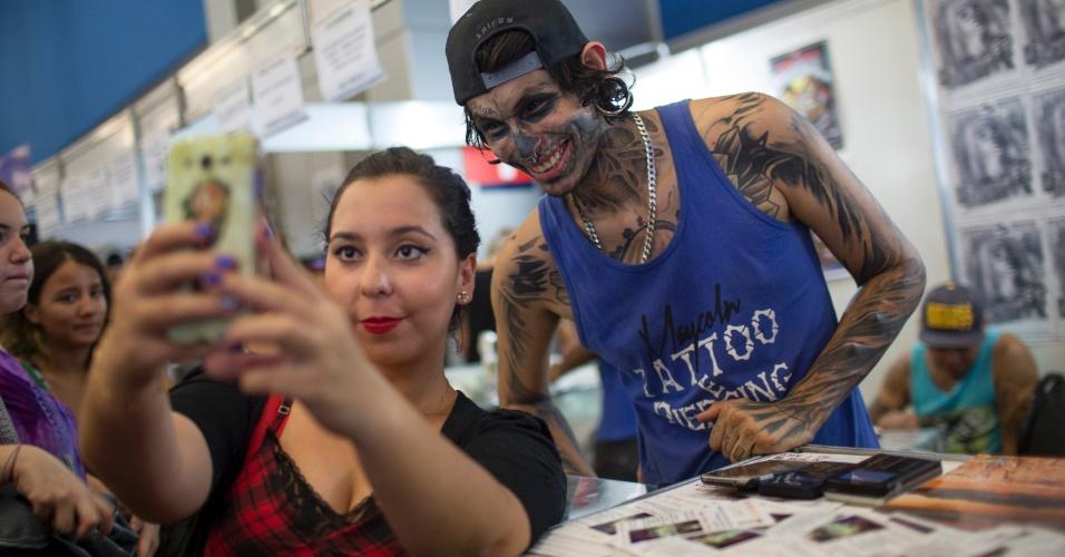 18.jan.2015 - Tatuado posa para fotos na Tattoo Week, no Centro de Convenções Sulamérica, no centro do Rio de Janeiro (RJ). O evento é a maior feira brasileira de tatuagens