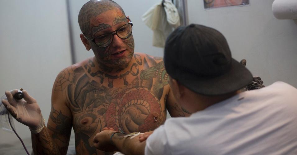 18.jan.2015 - Tatuador participa da Tattoo Week, no Centro de Convenções Sulamérica, no centro do Rio de Janeiro (RJ). O evento é a maior feira brasileira de tatuagens