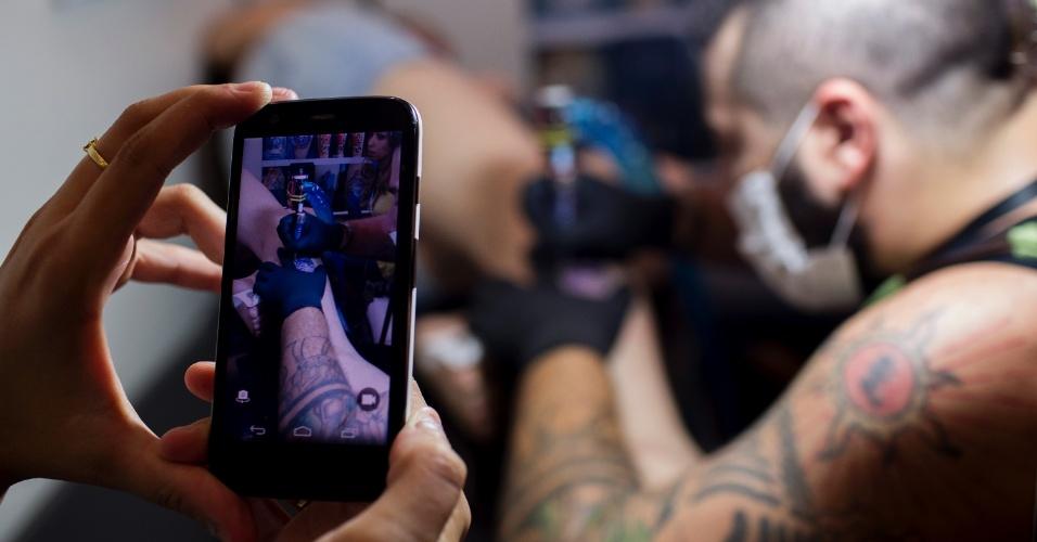 18.jan.2015 - Tatuador trabalha na Tattoo Week, no Centro de Convenções Sulamérica, no centro do Rio de Janeiro (RJ). O evento é a maior feira brasileira de tatuagens