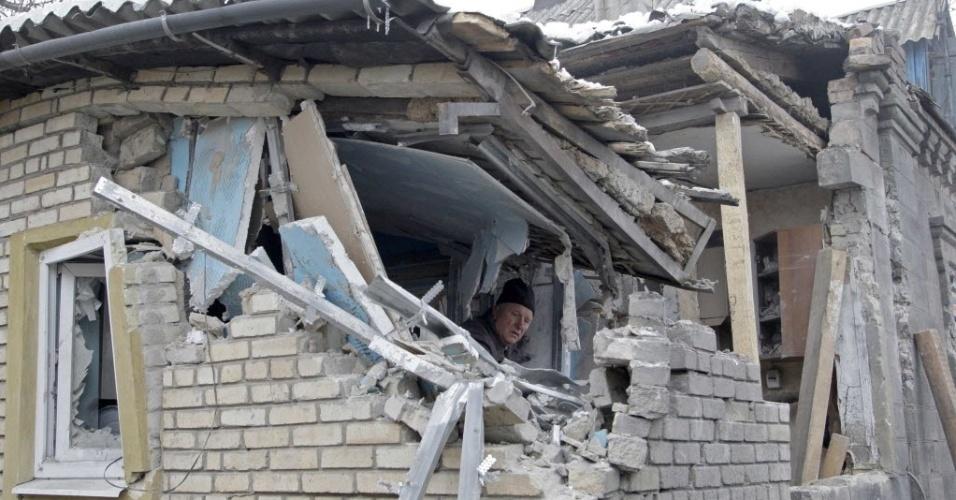 18.jan.2015 - Um homem analisa neste sábado (17) os destroços de as casa que foi danificada pelos recentes bombardeios em Donetsk, na Ucrânia. Onze pessoas, incluindo seis soldados, morreram entre sexta-feira (16) e sábado no leste separatista pró-russo da Ucrânia, onde a violência aumenta há quase uma semana, de acordo com as autoridades ucranianas